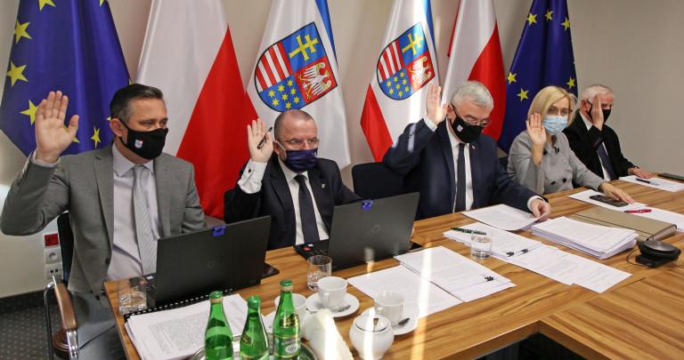 Głosowanie Poprzez Podniesienie Ręki Podczas Obrad Zarządu Województwa Świętokrzyskiego
