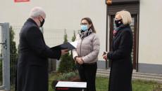 Wicemarszałek Renata Janik i prezes Chemaru Mariusz Gajowiec przed budynkiem przedszkola w Kielcach