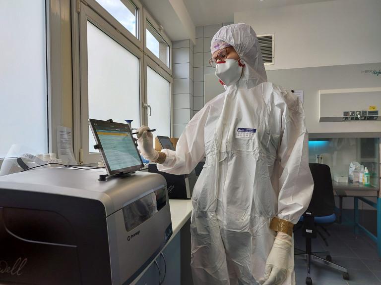 Laborant ubrany w odzież ochronną podczas pracy