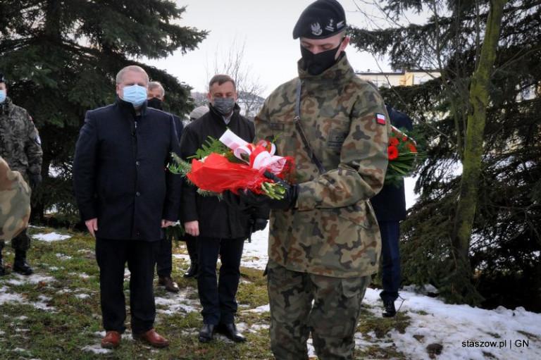Marek Strzała I Paweł Krakowiak Na Drugim Planie, Na Pierwszym Umundurowany Mężczyzna Z Wiązanką Kwiatów