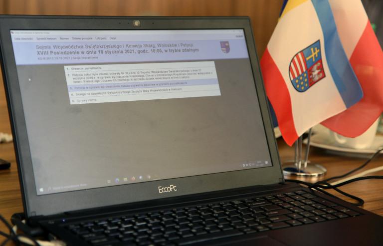 Laptop Monitor Podczas Obrad Komisji Skarg, Wniosków I Petycji