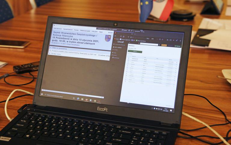 Posiedzenie Komisji Rewizyjnej Sejmiku Widok Na Laptop
