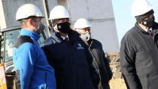 Marszałek Andrzej Bętkowski i członek Zarządu Województwa Marek Jońca oglądają postępy prac przy budowie Ośrodka Edukacji Przyrodniczej na Ponidziu