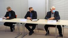 Trzej Członkowie Wrds Siedzą Za Stołem.