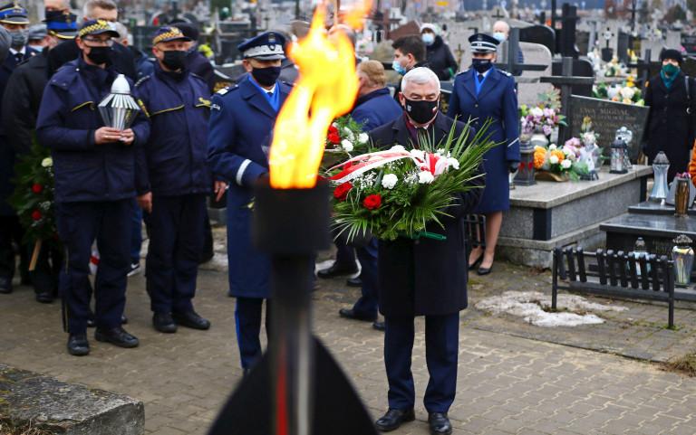 Marszałek Andrzej Bętkowski Na Cmentarzu Z Wiązanką Kwiatów W Rękach