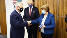 Marszałek Andrzej Bętkowski Wita Się Ze Skarbnik Gminy Zagnańsk, Anną Nadolnik, Z Tyłu Stoi Wójt Zagnańska Wojciech Ślefarski.