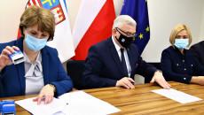Umowę Podpisuje Marszałek Andrzej Betkowski, Pieczęć Przybija Anna Nadolnik, Skarbnik Gminy Zagnańsk.