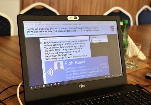 Ekran Komputera Na Którym Wyświetla Się Data Oraz Jeden Z Pumktów Obrad Komisji