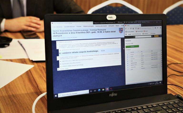 Komisja Rewizyjna. 8 Kwietnia 2021. Laptop Z Widocznym Porządkiem Obrad Komisji Rewizyjej