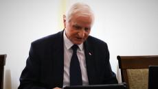 Marek Jońca Siedzi Za Stołem Przed Ekranem Komputera.