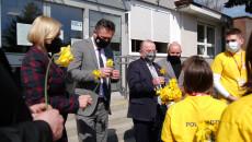 Przed budynkiem Urzędu Marszałkowskiego Województwa Świętokrzyskiego wolontariusze zbierali pieniądze dla hospicjum