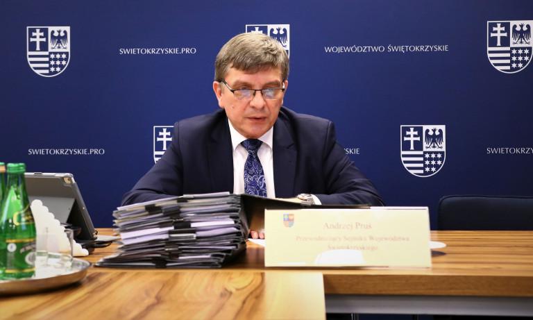 Przewodniczący Sejmiku Andrzej Pruś Siedzi Za Stołem Przed Monitorem Komputera