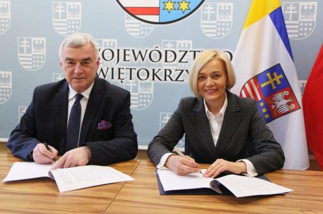 Andrzej Bętkowski, Marszałek Województwa Świętokrzyskiego i Renata Janik, Wicemarszałek Województwa Świętokrzyskiego, podpisują umowy