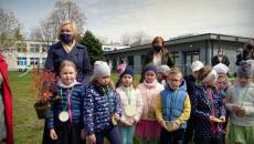 Renata Janik Na Terenie Przedszkola Samorządowego Nr 24 W Kielcach Posadziła Krzewy