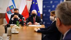 Tomasz Jamka, Andrzej Bętkowski, Karol Sobczyński Siedzą Za Stołami