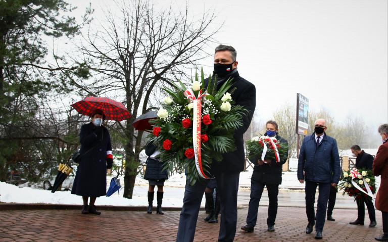 Tomasz Jamka Niesie Wiązankę Kwiatów Pod Pomnik