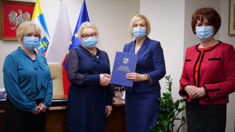 Umowę W Sprawie Przekazania Dotacji Wręczono Dziś Dyrektor Leczniczy Beacie Matulińskiej