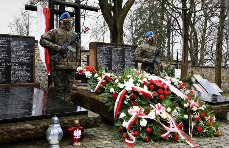 żołnierze Przy Mogile Ofiar Katyńskich, Wiązanki Pod Pomnikiem