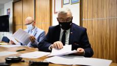 Dyrektor Departamentu Inwestycji I Rozwoju Oraz Marszałek Andrzej Bętkowski Przeglądają Dokumenty Podczas Posiedzienia Wrds