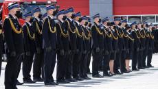 Kilkudziesięciu Strażaków Stoi Na Placu Komendy Wojewódzkiej Psp W Dwuszeregu.