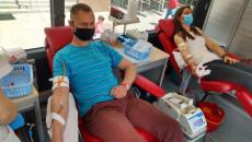 Kobieta I Mężczyzna Siedzą Na Fotelach Wewnątrz Autobusu Do Pobrań I Oddają Krew.