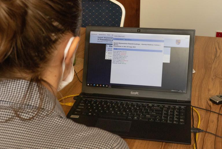 Komisja Edukacji, Sportu I Turystyki, Monitor Komputera I Młoda Kobieta Siedząca Tyłem