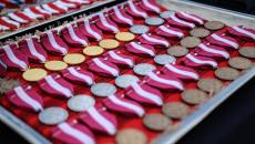 Metalowa Taca Na Której Ułożonych Jest Kilkadziesiąt Medali.