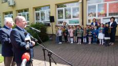 Wicemarszałek województwa świętokrzyskiego Marek Bogusławski przemawia podczas uroczystości przed budynkiem przedszkola w Małogoszczu