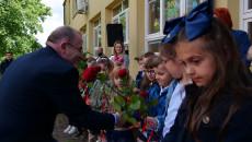 Wicemarszałek województwa świętokrzyskiego Marek Bogusławski wita się z przedszkolakami w Małogoszczu
