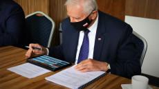 Marek Jońca, Członek Zarządu Województwa Świętokrzyskiego, na tablecie przegląda materiały podczas Posiedzenia Komisji Rolnictwa I Ochrony Środowiska w dniu 25.05.2021