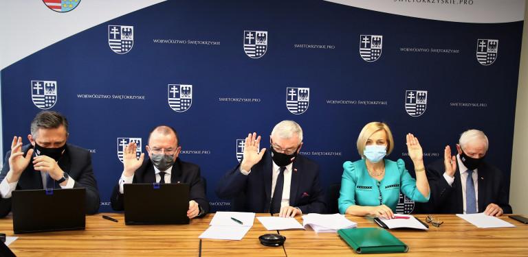 Członkowie Zarządu Województwa Świętokrzyskiego VI kadencji samorządowej, jednomyślnie głosują, na posiedzeniu