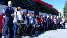 Uczestnicy Akcji Przed Autokarem Krwiodawczym Stojącym Na Parkingu Przed Urzędem Marszałkowskim Zdjęcie Zbiorowe.