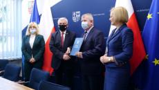 Uroczyste Przekazanie Umowy Przez Marszałka Andrzeja Bętkowskiego, Na Ręce Wójta Secemina, Tadeusza Piekarskiego