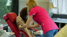 Wnętrze Autobusu Lrwiodawczego. Pielęgniarka Obnaża Ramię Kobiety Siedzącej Na Fotelu Przygotowując Ją Do Pobrania Krwi