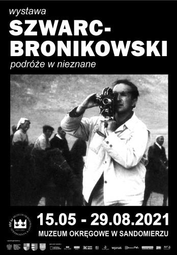 Wystawa W Muzeum Okręgowym W Sandomierzu Poświęcona Stanisławowi Szwarc Bronikowskiemu . Na Pierwszym Planie Mężczyzna Z Kamerą Na Ramieniu. W Tle Przechodzi Grupa Osób.