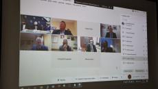 Laptop Pokazujący Uczestniczących Zdalnie W Obradach Członków Kapituły