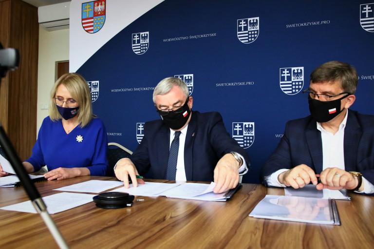 Anna Ciulęba, Andrzej Bętkowski i Andrzej Pruś, siedząc przy stole, przeglądają nominacje.