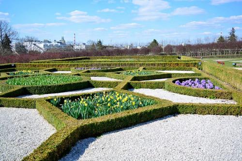 Ogród Włoski Muzeum Narodowe W Kielcach,rabaty kwiatowe oraz wysypane żwirkiem fragmenty terenu