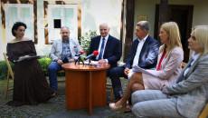 Briefing prasowy na dziedzińcu Dworku Laszczyków w Kielcach