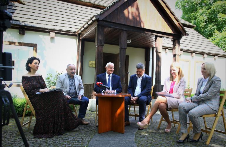 Uczestnicy briefingu prasowego na dziedzińcu Dworku Laszczyków w Kielcach, widok ogólny