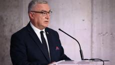 Andrzej Bętkowski Przemawia Do Mikrofonu Stojąc Za Mówinicą