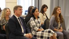 Andrzej Pruś, Marta Solińska Pela I Zofia Mogielska Siedzą Na Krzesłach W Sali Urzędu Miasta W Starachowicach.