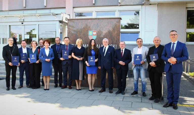 Członkowie Świętokrzyskiej Rady Działalności Pożytku Publicznego Pozują Do Pamiątkowej Fotografii Przed Urzędem Marszałkowskim