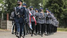 Defilada Funkcjonariuszy. Na przodzie dowódca uroczystości, komisarz Rafał Wydrzyński