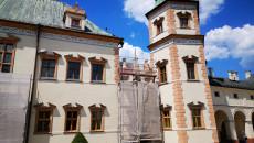 Figury posłów na fasadzie Pałacu Biskupów Krakowskich w Kielcach