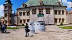 Bardzo szerokie zdjęcie. Panorama Pałacu Biskupów Krakowskich w Kielcach, otoczonego rusztowaniami w trakcie remontu