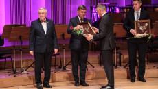 Wójt gminy Mirzec Mirosław Seweryn otrzymuje od przewodniczącego Sejmiku Województwa Andrzeja Prusia nominację do Nagrody Świętokrzyska Victoria