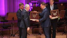 Marszałek Andrzej Bętkowski wręcza prezydentowi Starachowic Markowi Materkowi nominację do Nagrody