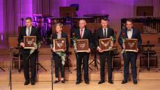 Włodarze (od lewej) Chmielnika, Kielc, Masłowa, Mirca oraz Starachowic prezentują otrzymane nominacje w kategorii Samorządność