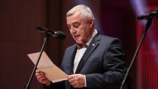Marszałek Andrzej Bętkowski czyta laudację do mikrofonu